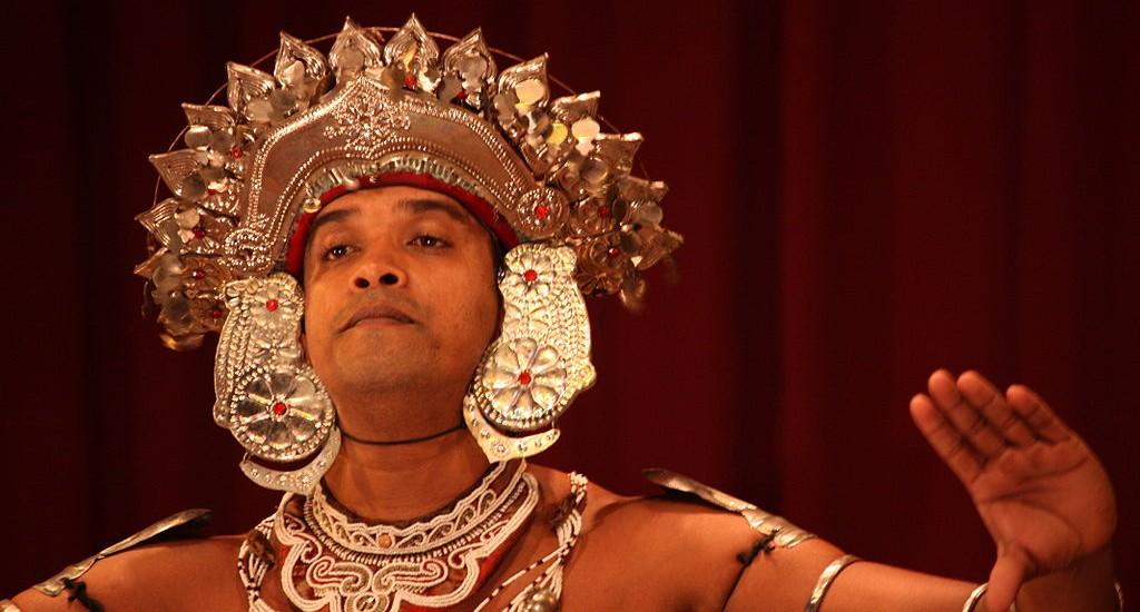 1024px-Kandy_Dance_(6493011161)
